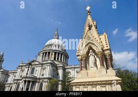 Les piétons qui traversent le pont du millénaire avec le dôme de la cathédrale St Paul à la distance, London, England, UK Banque D'Images
