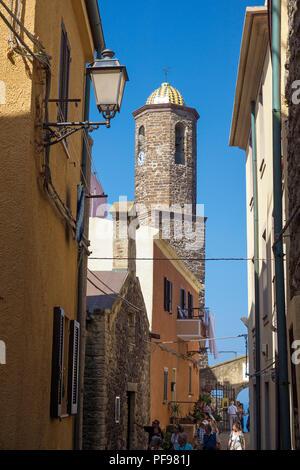 Clocher de l'église de la cathédrale Sant'Antonio Abate dans le centre historique de Castelsardo, municipalité de la province de Sassari