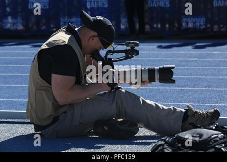 Le sergent de l'armée américaine. Carl Greenwell, Jr., affecté à la 55e Compagnie de transmissions (documents), Caméra de combat de l'Armée de l'équipe d'un athlète au cours de la DoD Jeux Warrior 2018 Événement d'athlétisme à l'United States Air Force Academy de Colorado Springs, Colorado, le 2 juin 2018. Le Guerrier du DoD est un jeux concours sportif adapté des blessés, des malades et des blessés militaires et anciens combattants. Environ 300 athlètes représentant les équipes de l'Armée, Marine Corps, la marine, la Force aérienne, Commandement des opérations spéciales, les Forces armées du Royaume-Uni, et la Force de défense australienne sera en concurrence 1 juin - 9 juin en tir à l'ARC, c Banque D'Images