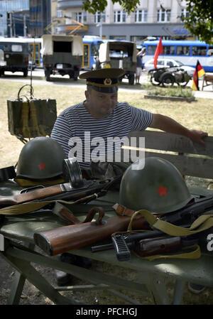 Un des hommes en costumes de soldats soviétiques commémorer une atmosphère d'invasion du Pacte de Varsovie en août 1968, à Ostrava, en République tchèque, le 21 août 2018. (Photo/CTK Jaroslav Ozana) Banque D'Images