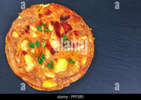 Tortilla espagnole délicieux sur la plaque d'ardoise, une cuisine traditionnelle espagnole. Omelette avec les œufs, les pommes de terre et l'oignon, recette authentique, vue d'en haut Banque D'Images