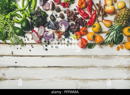 Helathy fond Cuisine vegan aliments crus. Télévision à jeter des fruits frais, légumes verts, et de l'air sur la table en bois blanc, vue du dessus, copiez l'espace. C Banque D'Images