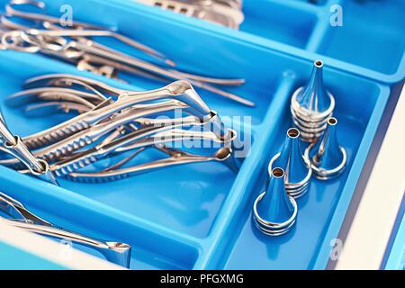 Surgery chirurgie ORL ou instruments dans une boîte médicale bleu Banque D'Images