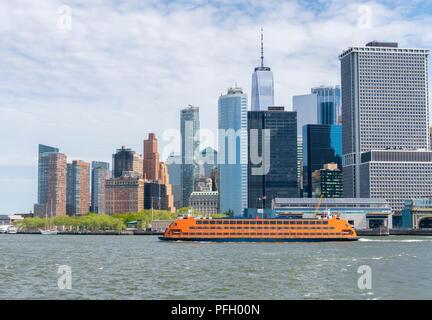 Staten Island Ferry au départ de Lower Manhattan à New York City Banque D'Images