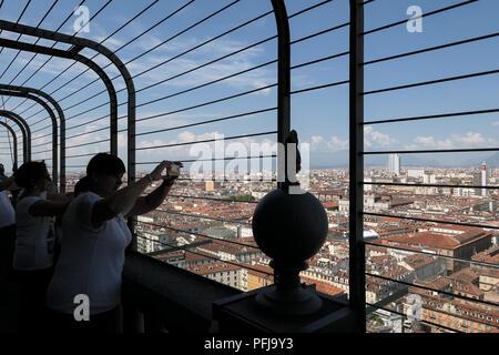 Mole Antonelliana, Turin, Piémont, Italie - vue de la ville de Turin et les Alpes depuis la terrasse panoramique