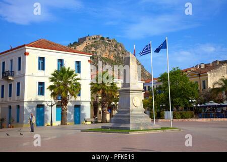 Filelinon Square avec le monument pour l'expédition de Morée et forteresse de Palamède, vieille ville de Nauplie, l'Argolide, le Péloponnèse, Grèce, sud de l'Eur Banque D'Images