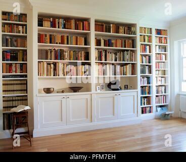 White, une bibliothèque remplie de livres