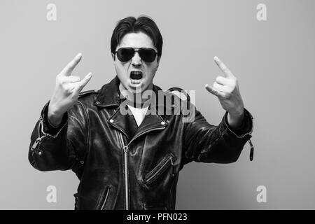 07f1925e1d7e44 Photo en noir et blanc d un homme portant un blouson biker cuir noir hurle