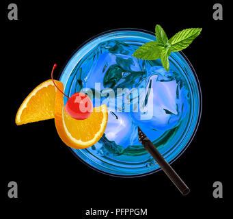 Cocktail Blue lagoon y compris la vodka, curaçao et la limonade à l'orange et de cerise au marasquin sur fond noir.