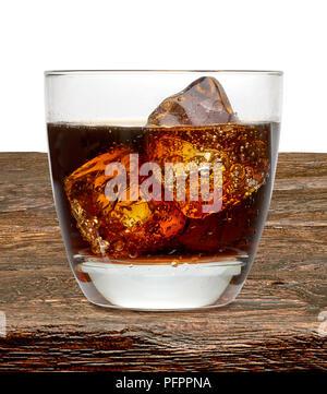 Cola avec cognac ou rom en verre sur la table en bois Banque D'Images