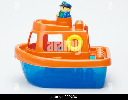 Bateau jouet en plastique coloré Banque D'Images