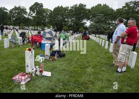 Michael L. Stansbery, Sr est à la tombe de son fils, de l'armée américaine de la CPS. Michael L. Stansbery, Jr., dans l'article 60 de cimetière National d'Arlington, Arlington, Virginie, le 28 mai 2018. La CPS. Stansbery a été tué au combat le 30 juillet 2010 près de Kandahar, Afghanistan, lorsque son unité a été attaqué par un engin explosif improvisé. Stansbery Sr. dit qu'il essaie de rendre visite à son fils aussi souvent qu'il le peut, en particulier sur le jour du Souvenir. Banque D'Images