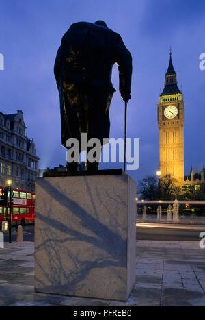 La Grande-Bretagne, l'Angleterre, Londres, City of Westminster, la place du Parlement, Winston Churchill statue face à Big Ben Banque D'Images