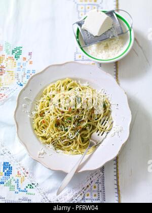 Spaghetti aglio olio e peperoncino, servi avec ricotta salata, râpé Banque D'Images