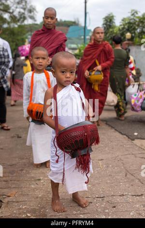 Kyaikhtiyo, Myanmar - 16 octobre 2016: les jeunes novices bouddhistes moines et la collecte de l'aumône tous les jours près de la pagode Kyaiktiyo ou Golden rock, le Myanmar. Banque D'Images