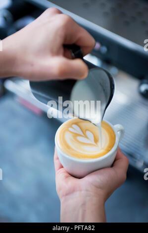 Verser une tulipe latte art Banque D'Images