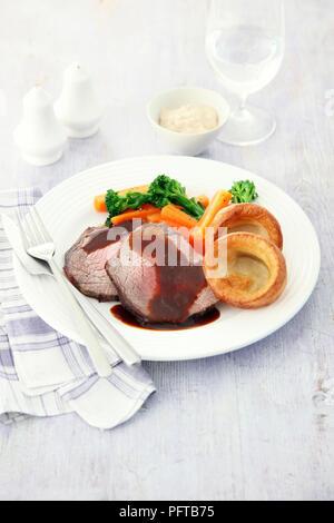 Dimanche rôti, rôti de boeuf avec sauce, légumes et de Yorkshire puddings Banque D'Images
