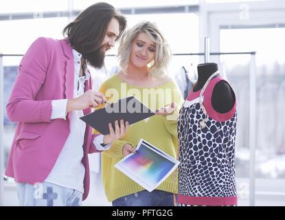 Deux stylistes de discuter de la couleur de la nouvelle collection de vêtements Banque D'Images