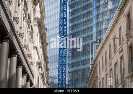 L'architecture ancienne et le nouveau développement développement de grande hauteur à 22 Bishopsgate dans la ville de Londres - le quartier financier de la capitale, le 21 août 2018, à Londres, en Angleterre. 22 Bishopsgate est un gratte-ciel en construction commerciale à Londres, Royaume-Uni. Il va occuper une place de site sur Bishopsgate, dans la ville de London financial district, et est situé à 278 m de hauteur avec socle 62 histoires. Le projet remplace un précédent plan d'un 288 m tour appelée le Sommet, dont les travaux ont commencé en 2008, mais a suspendu en 2012 après la Grande récession,