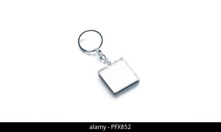 Métal blanc carré blanc Porte-clés maquette vue de côté, rendu 3d. Trousseau d'argent clair maquette conception isolés. Porte-clés Porte-souvenir ordinaire vide modèle. Bijou acier label