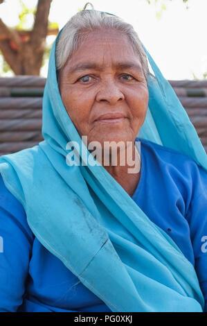 Région GODWAR, INDE - 14 février 2015: Portrait d'une femme âgée portant un costume bleu et. Banque D'Images