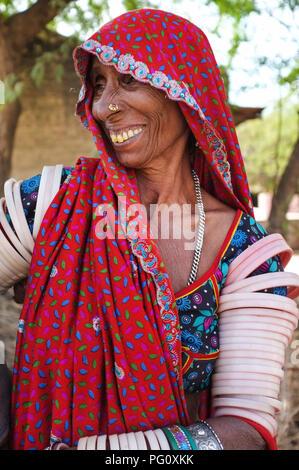 Région GODWAR, INDE - 14 février 2015: Portrait de Rabari tribeswoman portant saree et bangles. Rabari sont une communauté indienne dans l'état d'Guja Banque D'Images