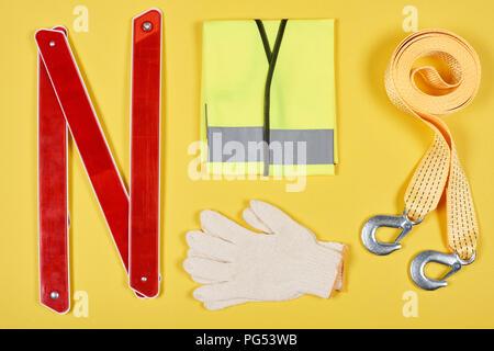 Mise à disposition de télévision accessoires automobile isolé sur le jaune Banque D'Images
