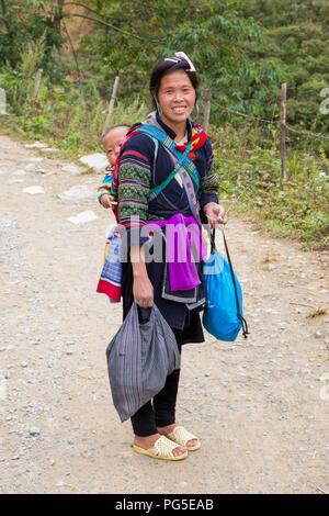 Femme et enfant de la communauté Hmong Noir, SAPA, Vietnam Banque D'Images