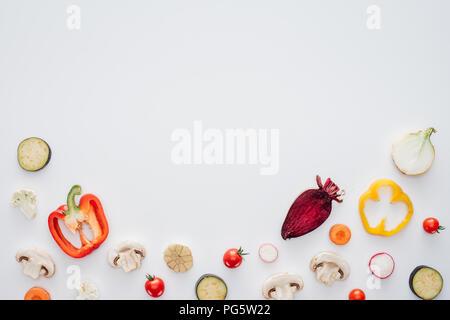 Tranches de légumes frais sain isolé sur fond blanc Banque D'Images