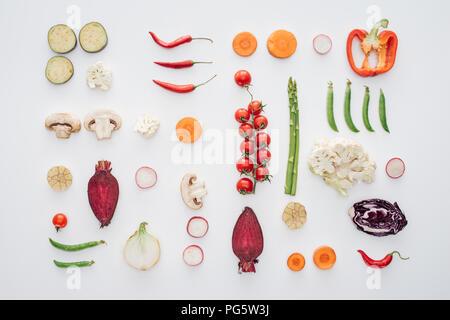 Vue de dessus de matières premières fraîches légumes tranchés isolated on white Banque D'Images