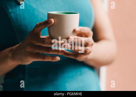 Woman holding tasse de café, Close up Banque D'Images