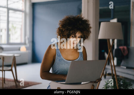 Femme travaillant des heures supplémentaires dans son entreprise qui démarre, using laptop