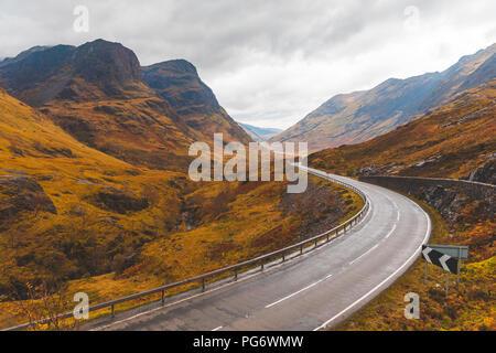 Royaume-uni, Ecosse, route pittoresque à travers les montagnes dans les highlands écossais près de Glencoe avec vue sur les Trois Soeurs Banque D'Images