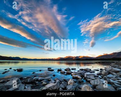 Nouvelle Zélande, île du Sud, région de Canterbury, le Lac Tekapo au coucher du soleil