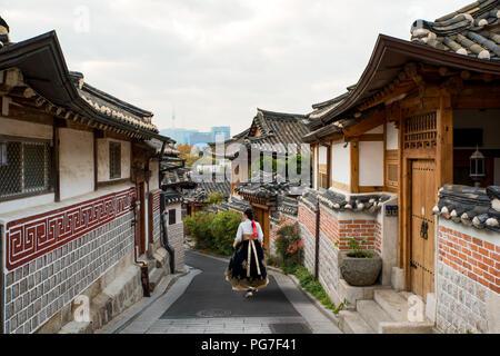 Retour de l'Asian woman wearing hanbok marcher dans les maisons de style traditionnel de Séoul le village de Bukchon Hanok à Séoul, Corée du Sud. Banque D'Images