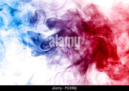 La fumée dense rouge et bleu sur un fond blanc isolé. Contexte de la fumée vape Banque D'Images