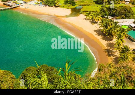 Tobago, Parlatuvier Bay sur l'île tropicale de Tobago dans les Caraïbes. Une carte postale bay avec mer turquoise et plages de sable doré Banque D'Images