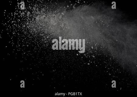 Explosion de poudre blanche isolé sur fond noir. Poussière de couleur splatted. Banque D'Images