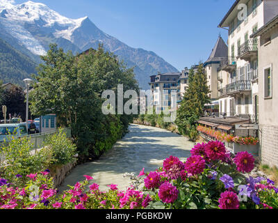 CHAMONIX, HAUTE SAVOIE, France le 23 août 2018: Le centre-ville de Chamonix Mont Blanc et de l'Arve, avec des fleurs en été et les Alpes derrière. Populaires à l'année pour l'hiver et d'autres sports.
