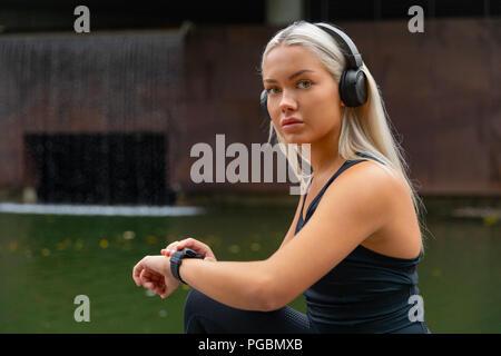 Femme la mise en place de smart watch remise en forme pour la course de l'appareil Banque D'Images