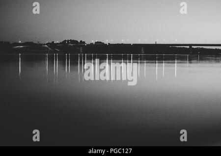 Camping La rivière en pleine lune; les lumières de la ville, de l'autre côté de la rivière Les Amis camping sur la côte gauche du Danube sous la pleine lune Banque D'Images