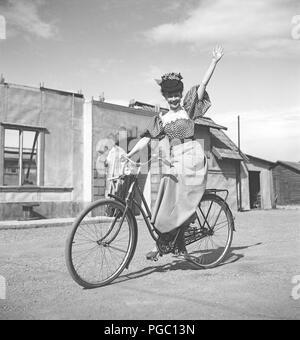 1940 femme sur un vélo. La jeune actrice Sonja Wigert est équitation son vélo sur le terrain du film studios de Sandrew à Stockholm. La Suède des années 40. Kristoffersson Photo K22-6 Banque D'Images