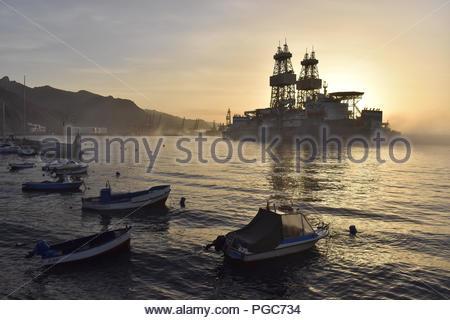 Navire de forage (plate-forme) dans le brouillard du matin. Le port de Santa Cruz de Tenerife, Tenerife Espagne. Banque D'Images