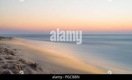 Magnifique coucher de soleil sur la mer floue sur une chaude soirée d'été,. Banque D'Images