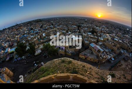 Une vue panoramique du Fort avec le soleil levant.