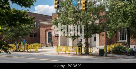 North Carolina, USA. 25 août 2018. Démonstration à Silent Sam Statue, Campus de l'UNC avec contrôle de la police de crédit: DavidEco/Alamy Live News