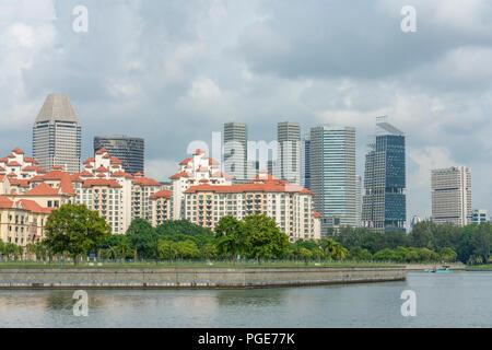 Singapour - le 18 juin 2018: la copropriété par le fleuve et le centre-ville de gratte-ciel à l'arrière Banque D'Images
