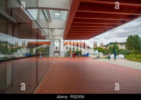 Façade du Musée de l'évolution humaine et l'affichage de la ville se reflétant sur la vitre. Burgos, Espagne. Banque D'Images