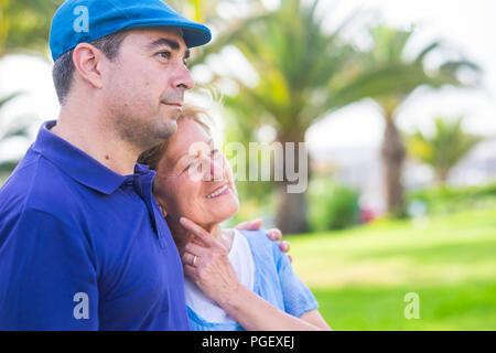 Deux âges différents comme mère et fils - rester ensemble dans l'activité de loisirs de plein air avec amour et d'émotions. profiter de la journée dans le parc avec gree Banque D'Images