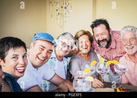 Groupe d'âges mixtes de personnes de race blanche de s'amuser ensemble célèbre un événement cocktail avec du vin rouge de vodka blanche avec hap concept de vacances. Banque D'Images